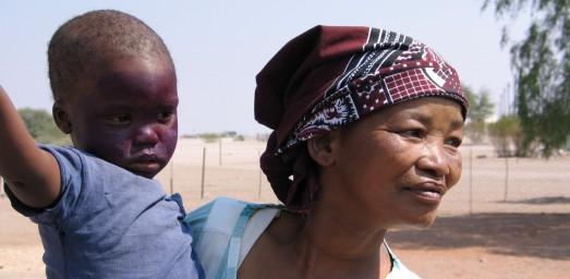 Mujer bosquimana y su hijo en los suburbios de Namibia.|Rosa M. Tristán