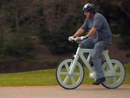 Gafni sobre su bicicleta de cartón reciclado