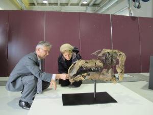 Luis Alcalá me muestra el fósil en Dinópolis