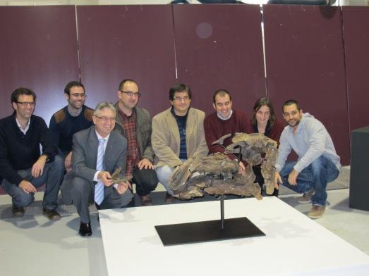 El equipo investigador con la cabeza del dinosaurio. Rosa M. Tristán