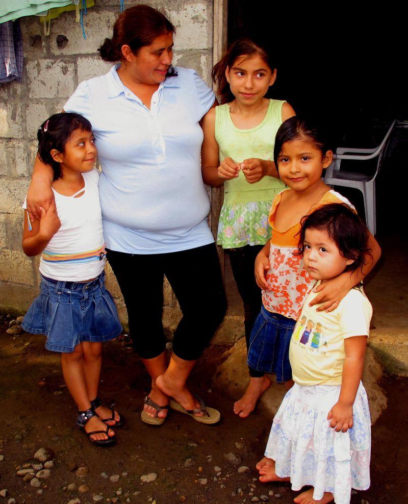 Diana, a la izquierda, junto a su madre y hermanas.  RMT.