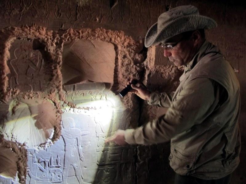 José Manuel Galán me muestra los grabados de Djehuty.| Rosa M . Tristán
