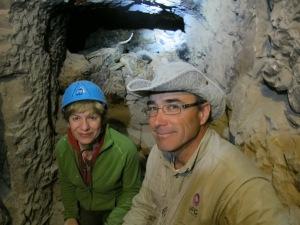 La autora con Galán, en el pozo funerario con las momias de halcones, al fondo.|R.M.T.