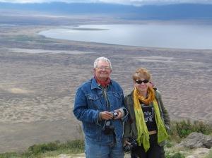 La autora y Alfredo Pérez, ante el cráter de Ngorongo. |Rosa M. Tristán