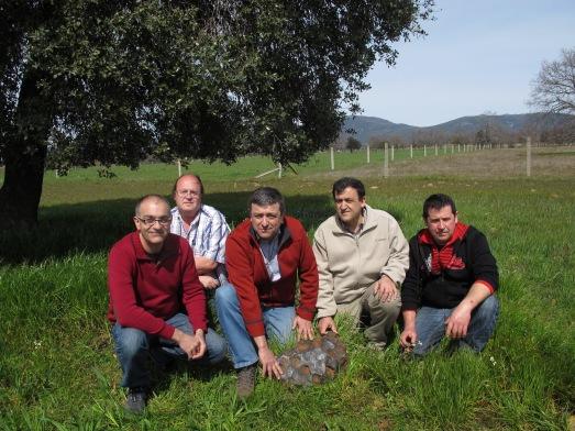 Los investigadores Rafael Lozano, Juan Carlos Gutiérrez Marco, Eleuterio Baena, junto a Ramón Asensio López (a la derecha) con el meteorito en el lugar donde se encontró. |ROSA M. TRISTÁN