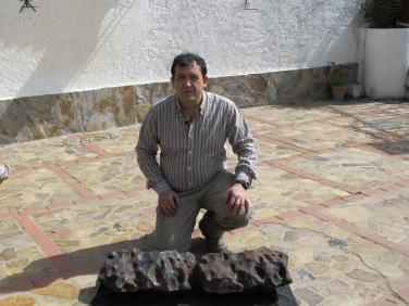 Eleuterrio Baena, con el original y la copia que ha realizado.