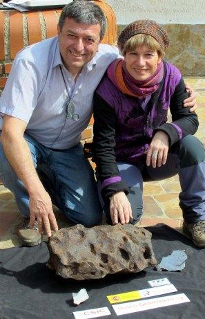 Con el Meteorito de Retuerta de Bullaque y Juan Carlos Gutiérrez Marco.