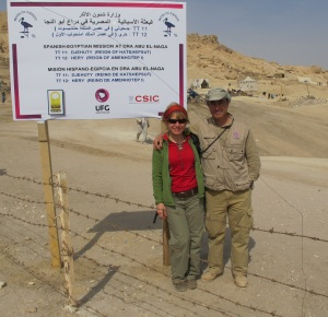 La autora con José Manuel Galán,al fondo la excavación, en 2012