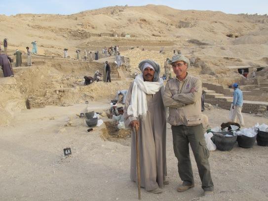 El capataz Farouk, junto a Galán en la excavación. |Rosa M. Tristán