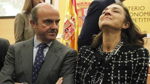 El ministro de Economía, Luis de Guindos, y la secretaria de Estado de Investigación, Carmen Vela. | EFE