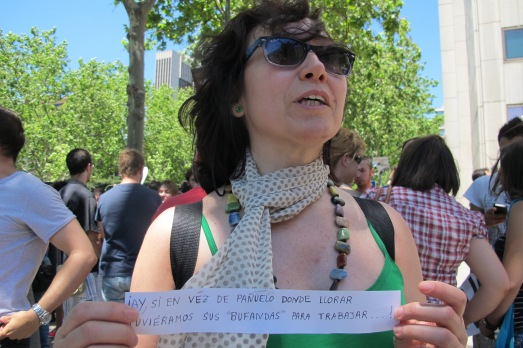 Una investigadora hace alusión a las 'bufandas' o gratificaciones en la manifestación del 14 de julio.|Rosa M. Tristán