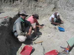 El calor y polvo hacen que el trabajo en Olduvai sea muy duro. En la foto, Manuel Domínguez-Rodrigo supervisando el trabajo.|R.M.T.