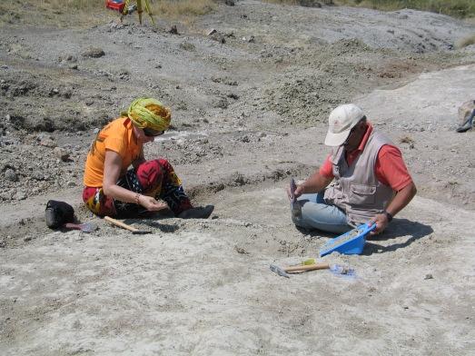 La autora excavando junto al arqueólogo Manuel Santonja en Olduvai. ¡¡¡Y encontré un fósil!!