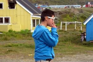 Un joven adolescente, bebido por las calles de Narsaq, en Groenlandia. |Rosa M. Tristán