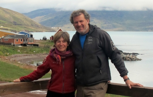 El explorador Ramón Larramendi, con la autora, junto al fiordo  de Erik, en Groenlandia.