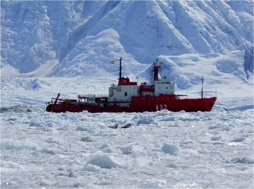 El buque Hésperides, en la Antártida.