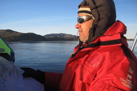 Ramón Larramendi prefiere mirar los mapas, en vez del GPS, cuando navega por los fiordos. |ROSA M. TRISTÁN