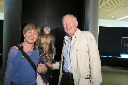 La autora, con 'Lucy' y Donald Johanson, en el Museo de la Evolución Humana.