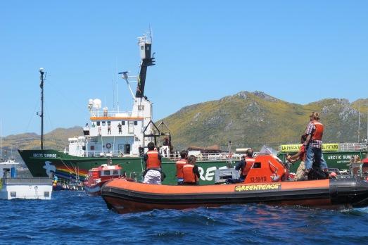 El Artic Sunrise, durante su última acción en España, manifestación por la pesca sostenIble. |ROSA M. TRISTÁN