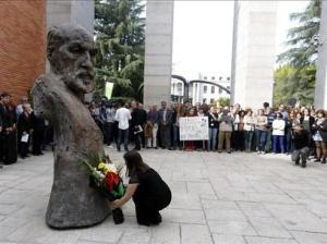 Acto en el CSIC junto busto Ramón y Cajal. |EFE