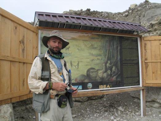 Manuel Domínguez-Rodrigo, junto al yacimiento Zin, en Olduvai. |Rosa M. Tristán