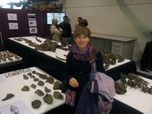 La autora,junto a los fósiles del Anquilosaurio de Ariño.