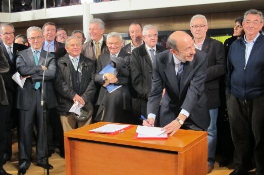 Alfredo Pérez Rubalcaba, firmando el Pacto. |RMT