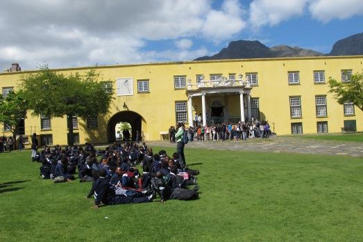 Colegio de blancos y de negros, visitando la fortaleza de Ciudad del Cabo en 2011 . |Rosa M. Tristán