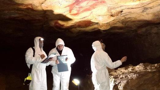Los científicos, en Altamira, con grandes focos iluminando el techo de los Polícromos