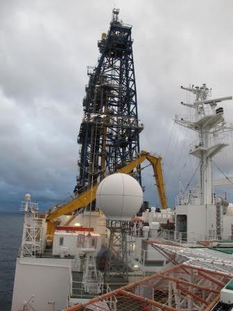 Torre de perforación del fondo marino del buque japonés Chikyu.