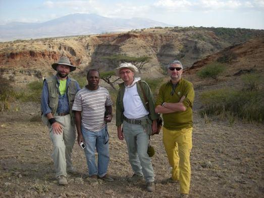 Manuel Domínguez-Rodrigo, Audax Mabulla, Luis Alcalá y Enrique Baquedano, en Olduvai.