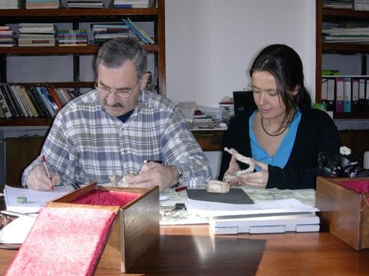 José María Bermúdez de Castro y María Martinón, en Dmanisi, estudiando los fósiles.