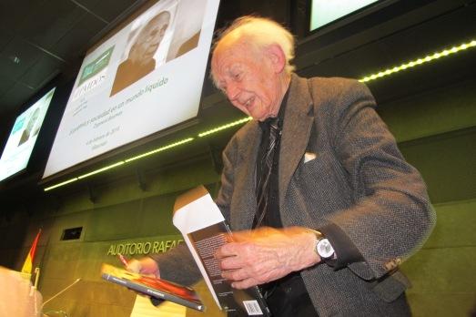Zygmunt Bauman, atendido a los que llevaron sus libros.|@Rosa M. Tristán