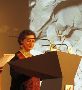 Salima Ikram, agradeciendo su premio.