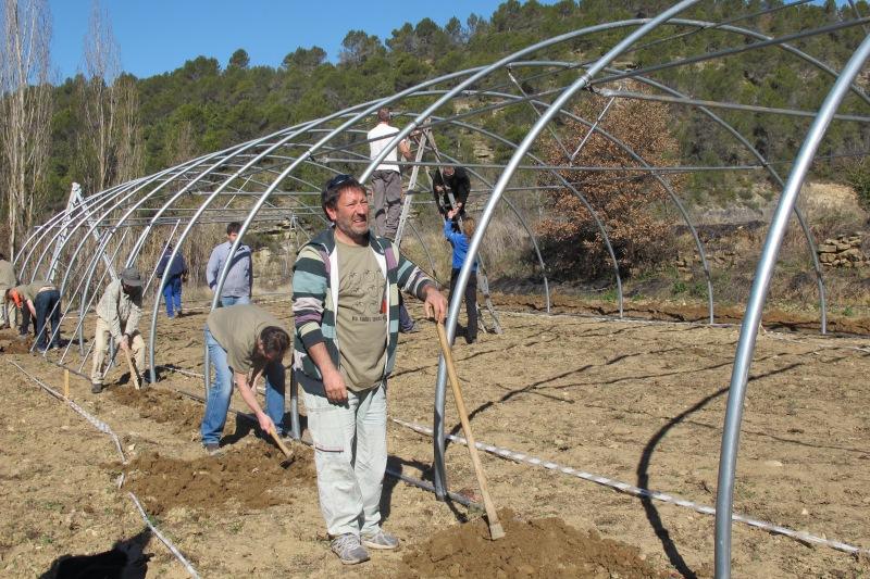 Javier Selva, en el montaje de los invernaderos. |ROSA M. TRISTÁN
