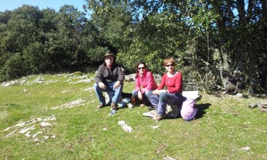 Con Carbonell y Patricia, su mujer y madre de su hijo, a las puertas de la Cueva Mayor. |R.M.T./FORTU