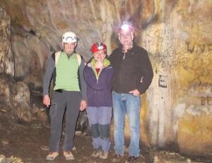 Con Eudald Carbonell y Fortunado Lázaro Alcalde, en la Galaría de las Estatuas de Atapuerca. |R.M.T./Patricia
