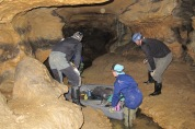 Entrando en la cueva de Matabuena (Segovia) llena de pinturas rupestres.
