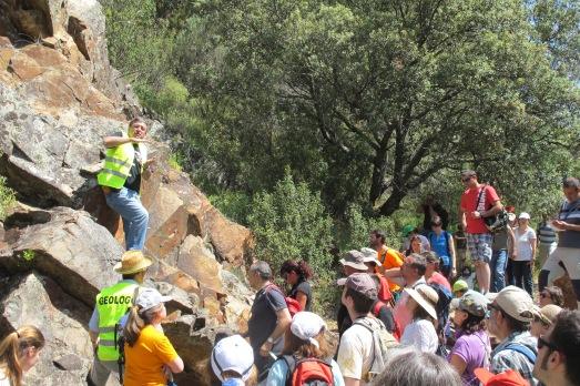 El paleontólogo muestra las huellas del mar del Ordovícico en Cabañeros.|R.M.T.