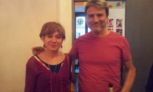 Alberto San Juan, con la autora, en el Teatro de Barrio.