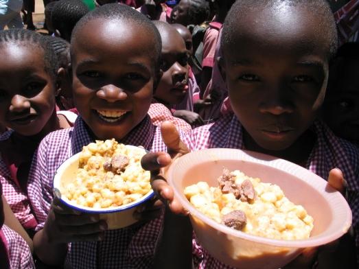 Niños de Nairobi (Kenia) mostrándome la única comida que hacen al día. |ROSA M. TRISTÁN