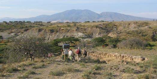 El equipo, camino de los yacimientos de Olduvai, al fondo. |R.M.T.