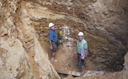 Eudald Carbonell y José María Bermúdez de Castro, en el agujero de Gran Dolina. |ROSA M. TRISTÁN