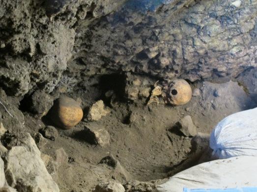 Cráneos en El Mirador, que estaban escaneando antes de sacarlos. |R.M.T.