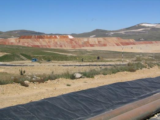 La tierra se recubre con plásticos para que el cianuro no se filtre, aunque se reconocen fugas. |R.M.T.