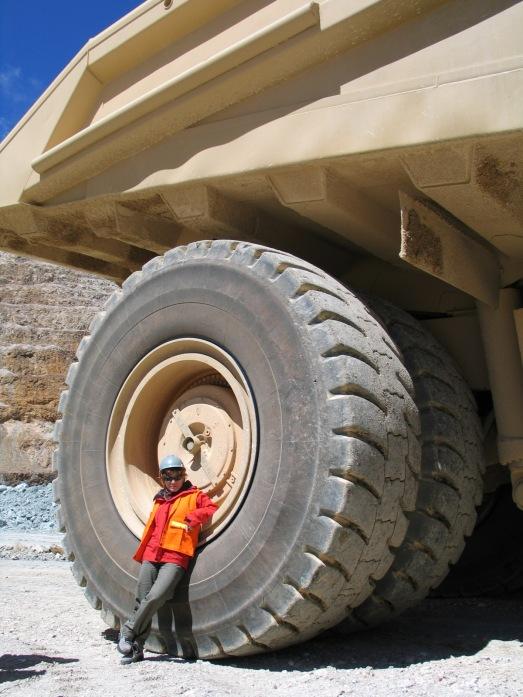 La autora en Yanacocha en 2004. Junto al camión más grande que he visto en mi vida.