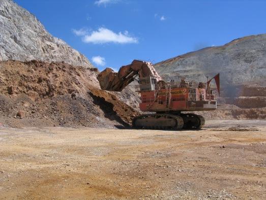 Camiones arrancando tierra en Yanacocha en 2004.|ROSA M. TRISTÁN