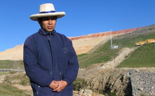 Uno de los campesinos afectados por Yanacocha, al fondo. |R.M.T.