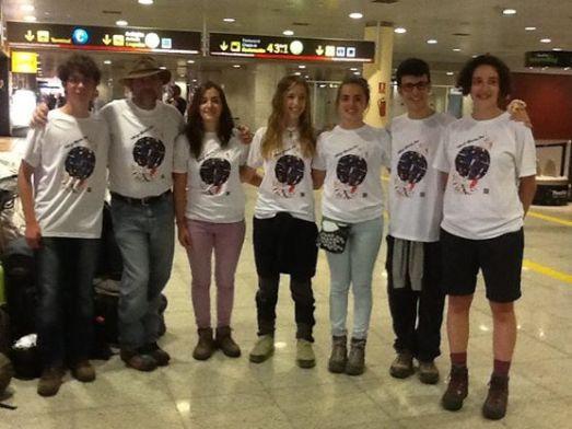 Los seis adolescentes que este año viajan a Groenlandia. en el aeropuerto de Barcelona. |Shelios