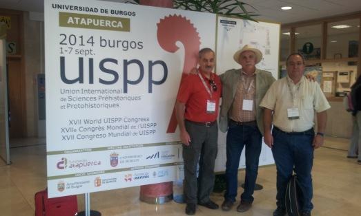 José Mª Bermúdez de Castro, Eudald Carbonell y Robert Sala, en la entrada al Congreso. /Rosa M. Tristán